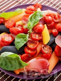 Многоцветна паста с чери домати, хамон и босилек - снимка на рецептата